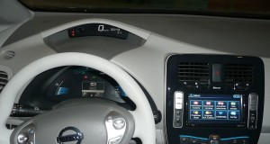 zdroj: https://commons.wikimedia.org/wiki/Category:Nissan_Leaf_interior#/media/File:Nissan_Leaf_Dashboard.JPG