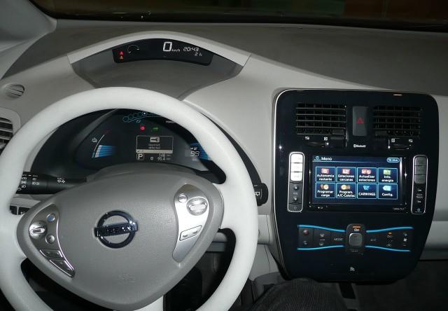 zdroj: https://commons.wikimedia.org/wiki/Category:Nissan_Leaf_interior#/media/File:Nissan_Leaf_Dashboard.JPG